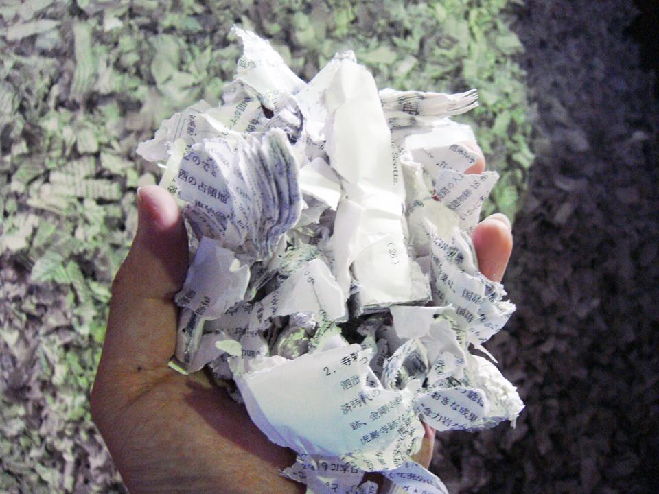 四軸破砕機 BS8060 書類 破砕後