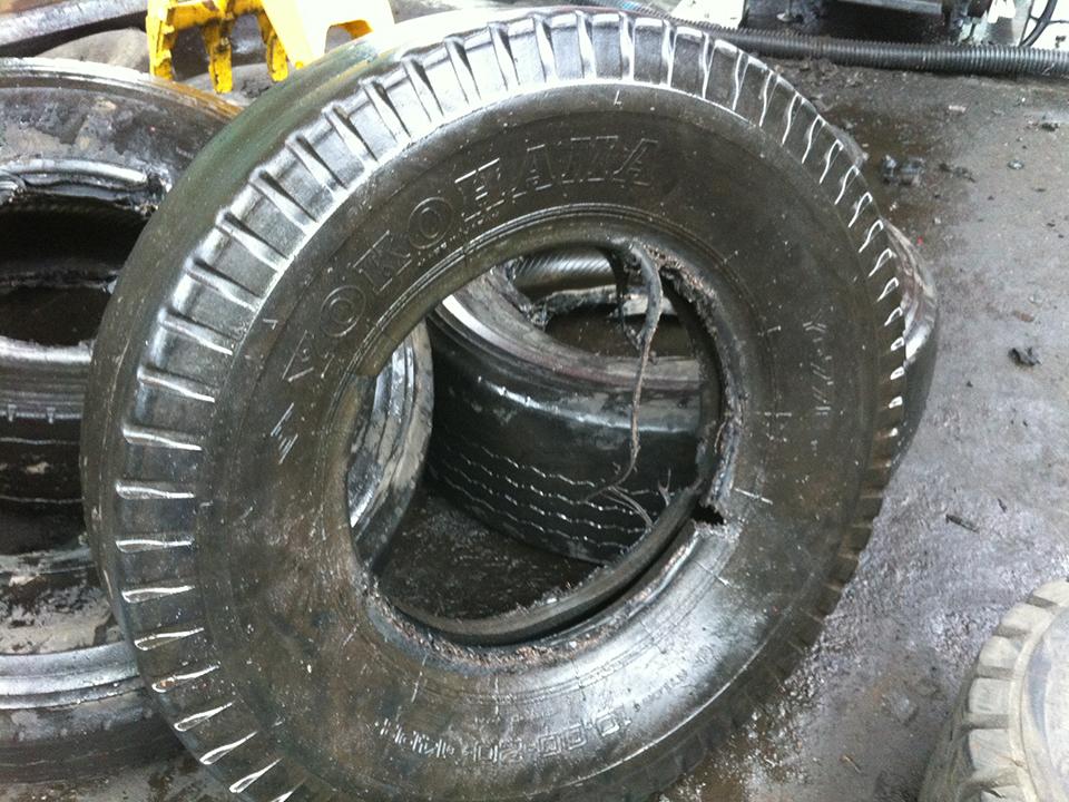 二軸破砕機 TS32120R タイヤ 破砕前